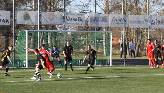 Dardania skapade fler chanser än Horda, men bra förssvarsspel från , fr v Carlsson, Halili (ryggen mot), Gulldén, Wall och Lundin. Målvakt Simon på hugget i bakgrunden.