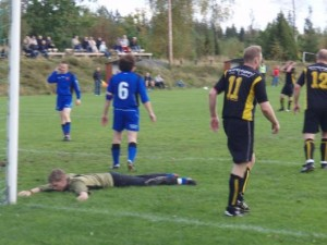 Tolgs målvakt kämpade förgäves. Här ligger han utslagen sedan Johan Elmblad gjort ett av sina fyra mål.
