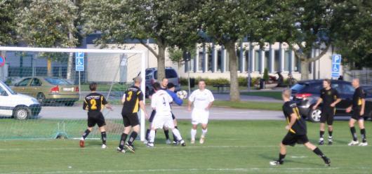 Horda blev hårt pressat direkt. Här kniper Simon Haglund bollen framför två Omenspelare medan från vänster Wall, Gulldén, Jauernig, Rydén, Dahl och Sorin verkar lite överspelade