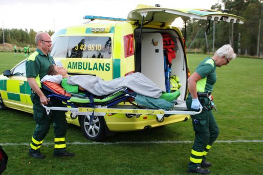 Efter lång väntan , 29 minuter, bärs Hångers Martin Gustavsson bort av ambulanspersonal. Foto: TL