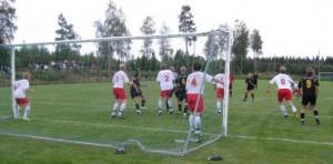 Gustav Felander siktar länge och nickar med precision in ledningsmålet, 2-1