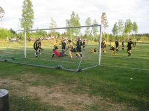 """""""avvärjer"""": Dannäs hade flera målchanser och var starka framför mål. Här avvärjer i första hand Johan Johansson och Johan Lavesson till hörna. (foto: Reimer Johansson)"""