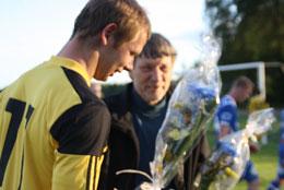 Ingen vinst, men blommor som bevis på epitetet Matchens Lirare, för Bartek.