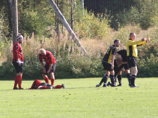 Två spelare fick föras till akuten Här tas David Carlsson omhand av bland andra Philip Gustafsson medan domaren Lennarth Svensson vinkar efter hjälp. Tolgspelaren som ligger till vänster klarade sig med ett mindre sår, Senare skulle dock en av hans lagkamrater tvingas åka till sjukhus.