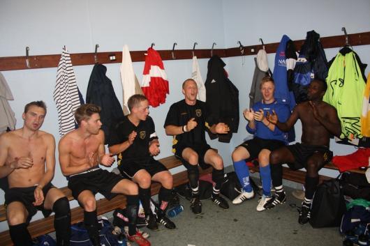 Tredje segern bärgad och segersång i omklädningsrummet. Från vänster Martin Johnsson, Carl Rydh, Franz Jarl, Henric Jönsson, Simon Haglund och Mohammed Abdi.