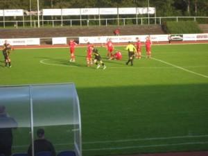 Horda spelade fysiskt, tyckte Värnamo Södra. Här har Henrik Bengtsson direkt visat var skåpetska stå genom få en Södraspelare på fall.