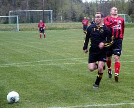 Hordas försvar var hårt pressat hela tiden. Här har Henrik Bengtsson vunnit en fight mot en resignerande Sävsjöspelare.