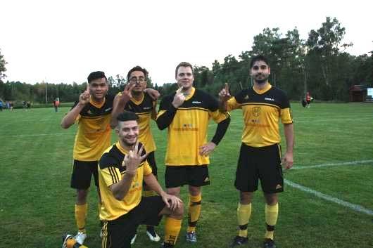 Fingret i luften, som markerar antal mål: Aman, Arman, Philip och Erion, på knä en här kvällens bäste spelare Elnes Hajrovic.