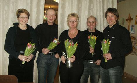 """Evalis Roos, i mitten, fick för tredje gången vandringspriset för bästa insats inom klubben. Fr """"Kickki"""" Bergstrand, Gunnar Karlsson, Gottlieb Granberg och Andreas Tuvesson avtackades för sina insatser."""