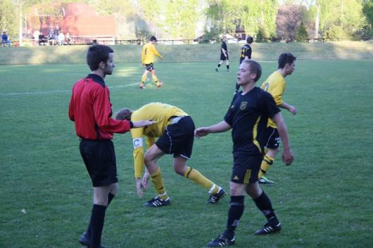 Hårt var det ibland och en Åbyspelare reser sig med möda fter konfrontation med Franz Jarl, som får en åthutning av den unge domaren.