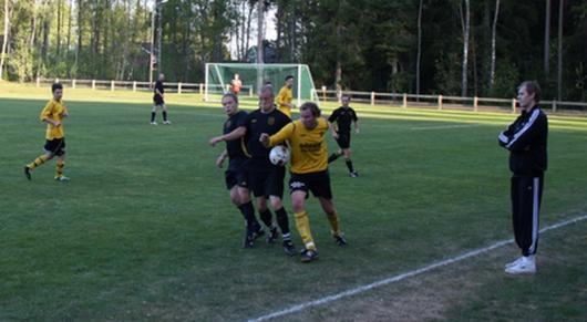 Två mot en , hjälpte inte. Jarl och Jönsson försöker nita planens gigant, Johan Ros , som dock med handens hjälp kommer undan här.