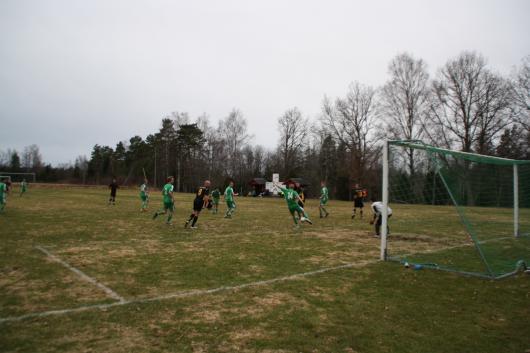 Horda pressade hårt på slutet och Lamhult fick rensa undan. Här är Sorin, Widerberg och Wall framme, men duktige Emil Örnevi tar bollen.