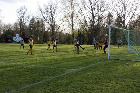 2-0 på väg in. Ghirmay , som kommer från Eritrea och aldrig spelat riktig fotboll klipper in 2-0 till gästerna - ingen offside som synes
