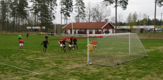 Hordas 1-0 på väg. På en väl avvägd frispark från Jack Sundell nickar Johan Elmblad bestämt och hårt in 1-0. foto: Torsten Lindberg