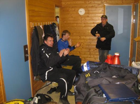 Äntligen jubel för Johan. Landberg är också glad medan Bo-Göran funderar på sina sysslor. foto: Torsten Lindberg