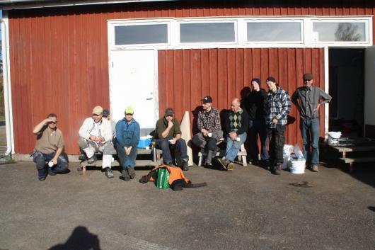 En liten solskenspaus i arbetet unnar sig fr v Tobias, Fille, Gunnar, Henrik K, Jakob, Andreas, Bengt, Nils, Kalle och Lasse i Trälsmo.