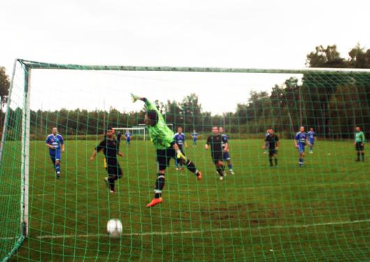 Efter att ha gjort 3-1 på en chip över målvakten efter mönsteranfall, fullbordar Sorin Marin här sin målkvartett med en rykande frispark som träffar ribban och går in bakom en sprattlande Anton Andersson.