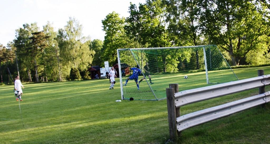Första målet på länge. Franz Jarls 30 meterslobb har hamnat i mål bakom Omens keeper Ola Henriksson. Albin är beredd på ev retur.