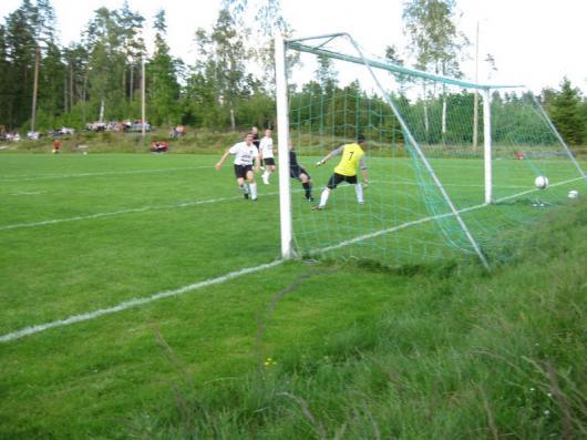 Johan Elmblad (skymd av stolpen) har, framspelad av Frans Jarl, dragit en man och lägger ledningsmålet säkert i mål bakom Skillingaryds hjälplöse målvakt Alen Kovacevic. (foto: Reimer Johansson)