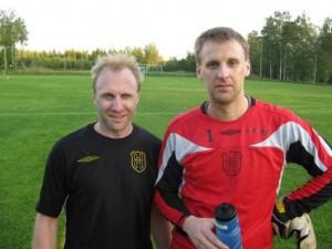 Trötta men nöjda poängräddare: målskytten Johan Elmblad och målvakten Johan Johansson, med mångs fina räddningar på kontot. (foto: Reimer Johansson)