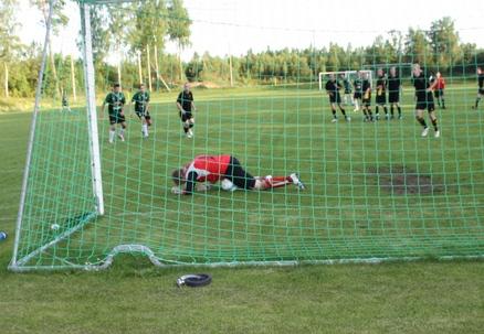 Simon Haglund i målet hade mycket att göra, men avvärjde allt utom en bakåtnick (1-1). Här lägger Angelstad en snabb frispark som överrumplar alla utom Simon. Foto: TL