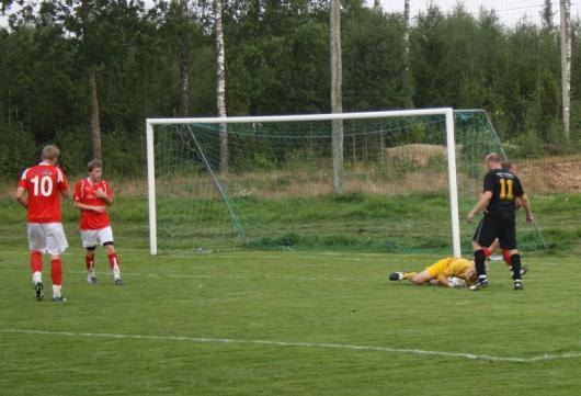 Johan Elmblad var ett ständigt orosmoment för Konga, men blev mållös den här kvällen. Här snyter gästernas målvakt bollen framför hans fötter. foto: Reimer Johansson