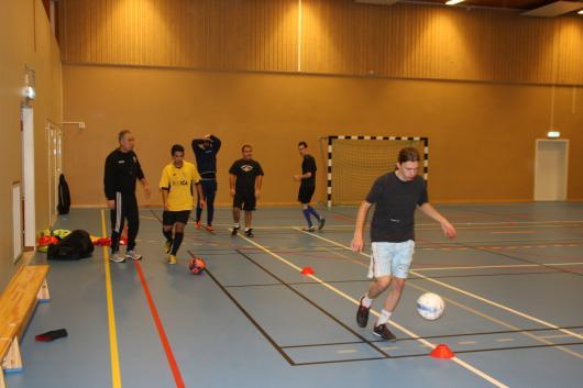 Full fart framåt: Mellan 15 och 25 man deltar i Hordas träningar varje måndag under lågsäsongen. Nu satsar man på två lag i seriespel och har gjort klart med ledargarnityret. Längst till vänster Shpetim Bushati, som förlängt med ett år, längst fram med bollen spelande och assisterande tränaren Fredrik Wall. Bakom dem bl a Daniel Valdes (gult) Mendim Berisha och Johan Sandström.