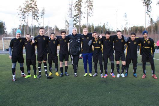 Nyförvärv är vi allihopa. Men det hjälpte inte i matchen mot Peking. Från vänster: David Karlsson (Rydaholm), Amir Berber, Armin Rakovic (Dardania), Jonathan Ortega (Rydaholm), Reza Muhammed, Shpetim Bushati, tränare, Zelimir Cavrag (IFK Värnamo), Arman Ashtiani (Iran), Mohammed Rassouli, Arbror Haliti, Daniel Valdes (Rydaholm), Mostafa Afsah.