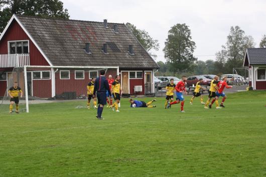 Jesper Svensson var bra redan i B-lagsmatchen mot Kånna och fick nu chansen i A-laget och gjorde en fin insats. Här har han avbrutit Agunnaryds försök att göra mål genom att klara i luften och hamna på marken med bollen i behåll