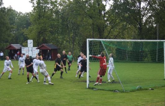 Upphämtningen fortsätter. Här är 3-5 målet på väg in. Alla tittar efter den - men var är bollen. Hur som helst bokförs Sorin Marin , längst till vänster, för målet. Foto: TL