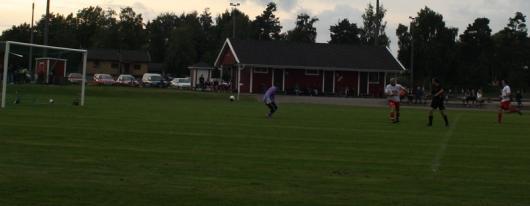 """Ettan på väg in. """"Kalle"""" har med olika medel övertrumfat Vislandas försvar och bollen är på väg in bakom Bojan Vasic (mv)."""