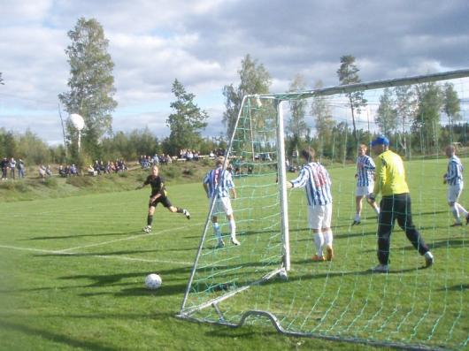 Horda försökte in det sista att kvittera. Här har Henrik Jönsson fått läge men nicker går utanför.
