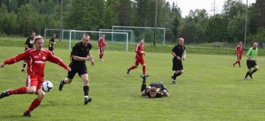 Martin, Jack och Henrik tittar på när gästernas David Strand (1-0) forsar fram. Jack har till och med däckat av farten... foto: TL