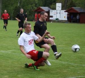 """Vislanda hade ett starkt och säkert försvar. Här får Henrik """"Bus"""" Bengtsson sig en tryckare så bollen försvinner. (foto: TL)"""