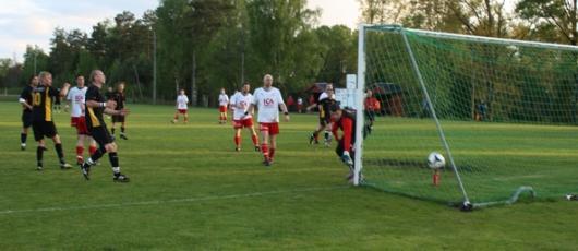 Horda ägde hela andra halvlek men inget ville sig. Här en av de sista chanserna, fr v Mito, Gustafsson, Jönsson och Berisha konstaterar att bollen smiter utanför duktige målvakten Bojan Vasics stolpe. (Foto: TL)