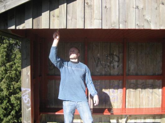 Johan Elmblad, en av A-tränarna, målar avbytarbås.