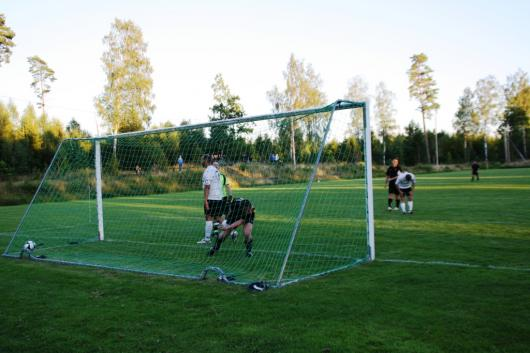 Efter missfärstånd och schabbel i gästernas försvar är Johannes Widerberg resolut och förpassar både sig själv och bollen i mål, 3-2.
