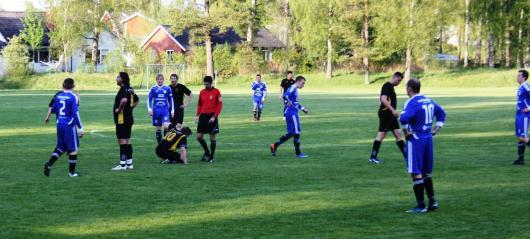 Horda på fall. Matchen mot serieledarna Lagan FC blev en nedslående historia, här illustrerat av att Freddy Jarl gått i däck. Fr V Mito, Johan och Albin är blan dem som ser bekymrade ut.