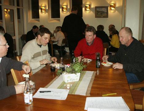 Mötesdeltagarna lät sig väl smaka av smörgåstårtan, från vänster Lars Leijon, Andreas Lindahl, Mats-Åke Pettersson och Bengt Hilding.
