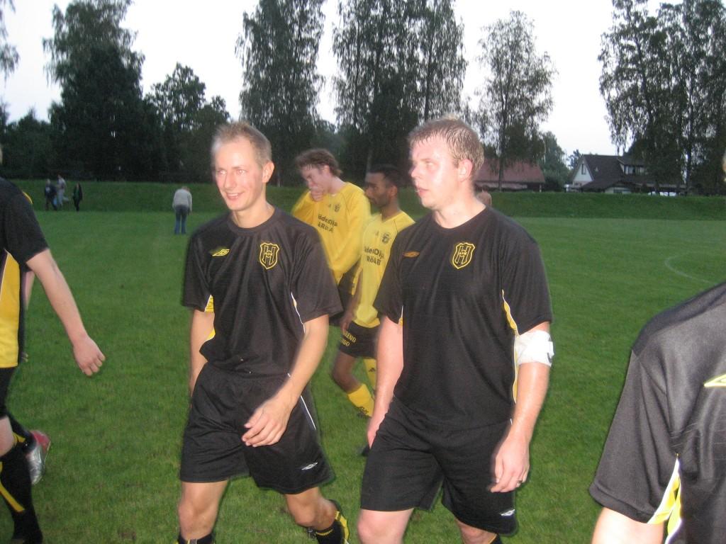 Bildtext: Två nyttiga veteraner, Jakob Gulldén och Peter Braun, lämnar Åbyvallen efter väl förrättat värv.