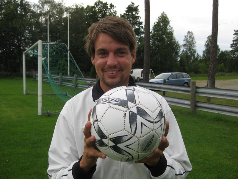 Sporthandlaren levererar nu inte enbart dräkter och utrusning utan ska också svara för coachingen. 34-årige Johan Dreijer-Nilsson ser med tillförsikt fram mot utmaningen att tillsammans med spelarna ordna nytt kontrakt. (Foto:TL)