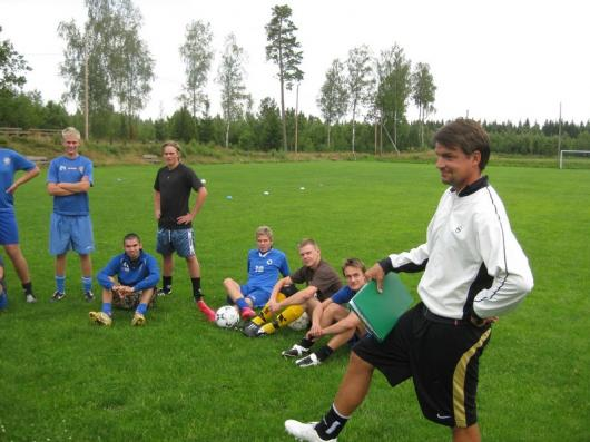 """Hordas nye tränare, Johan Nilsson, träffade sitt nya manskap för första gången på måndagskvällen. Hela 25 spelare dök. """"En fantastisk siffra så här i semestertider"""", sa Johan. (Foto:TL)"""