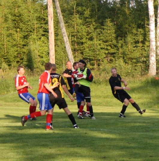 Östers förre stormålvakt, exproffset Björn Stringheim gjorde flera svettiga räddningar. Här kniper han bollen framför Hordas anfallare. foto: Reimer Johansson