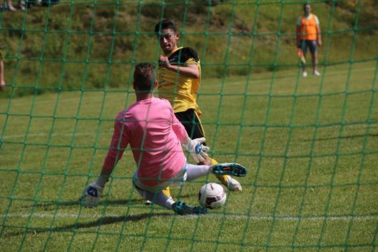 Omar Jebar lägger kallt in bollen bakom Traryds keeper Patrick Hegyessi. Foto: Ronny Ulvedalen