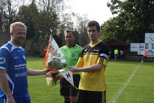 Hamneda är värdiga seriesegrare och gratulerades före matchen av Horda genom lagkapten Johannes Widerberg.