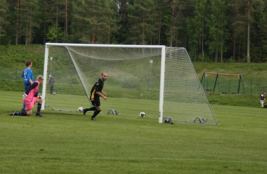 Delrbin Musa gjorde två mål sin första tävlingsmatch för Horda AIK. Här har han lagt in 1-0 sedan Lagans mittback och målvakt missförstått varandra. Foto: TL)