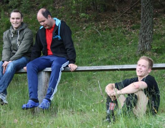 Franz Jarl gjorde en fin match i 70 minuter, men sedan tröt domarens tålamod och han hamnade på grässlänten. Där fick han sällskap av två Hordalegendarer. (Foto: TL)