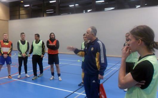 Shpetim Bushati instruerar. Assisterande tränaren Fredrik Wall längst till höger lyssnar noga.