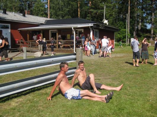 Varmt och skönt var det, 27 grader. Publiken, 99 betalande, njöt av både solen och matchen. foto:Reimer