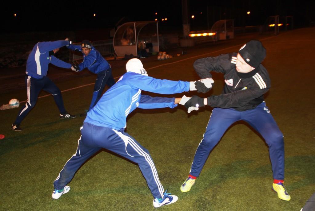 Smidighet och balans tränas: Zelimir och Josef tampas i förgrunden , Mattias och Daniel i bakgrunden.
